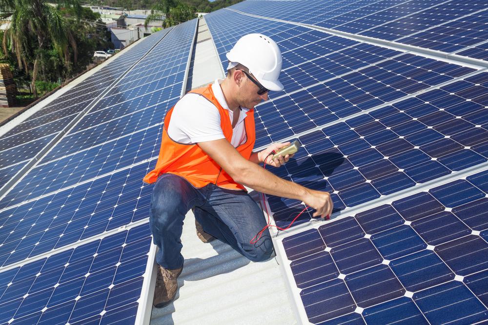 professionnel-installateur-panneau-photovoltaique